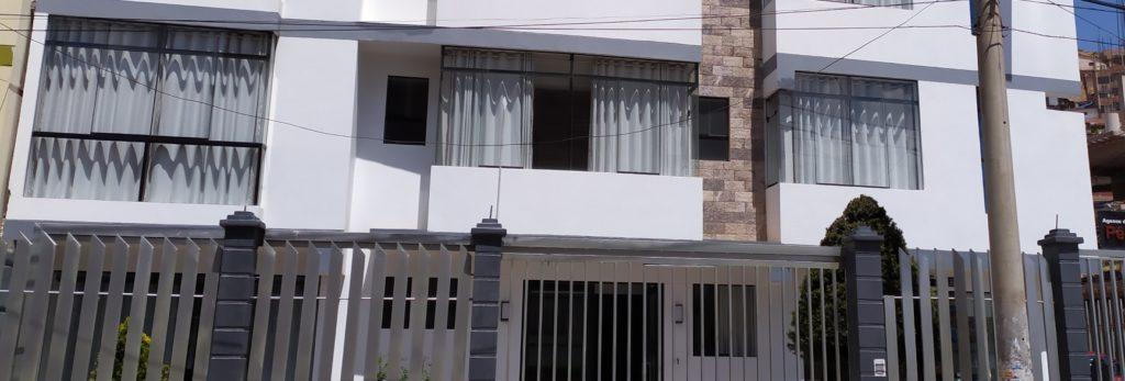 entrada principal hostal real house